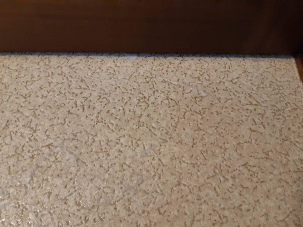 洗面所の床の汚れ